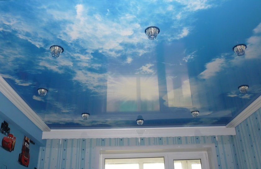Дизайн комнаты с потолком небо